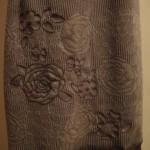 Платье коричневое. Узор ткани продублирован вышивкой