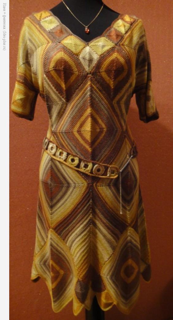 Платье ромбами. Вид спереди